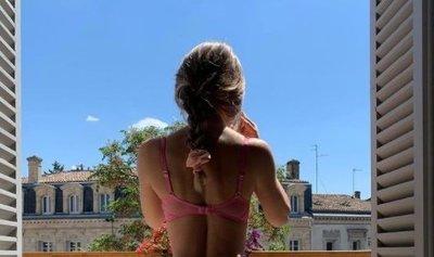 Minden szomszéd láthatta: Tangában mutogatta magát az erkélyen az álomtestű szöszi – 18+