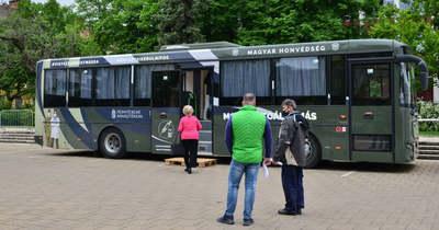Buszokból oltanak a kormányhivatal előtt