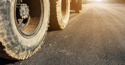 Balesetveszélyt okoznak a sárfelhordások az utakon