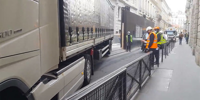 Megérkezett a kamion az építkezésre, ahogy leparkolt, arra csak a legnagyobb profik képesek - videó