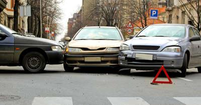 Összeütközött három autó az 54-es főúton, Bócsa és Jakabszállás között