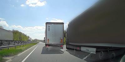 Kamionos előzött kamionost az M7-esen, ritkán látható kakaskodás jött utána - videó