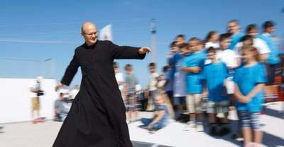 Először szólalt meg a gördeszkás pap, miután kórházba került koronavírussal