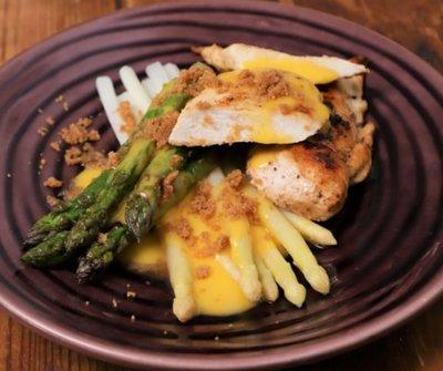 Ez lesz a kedvenc tavaszi kajád: spárga roston sült csirkével és hollandi mártással