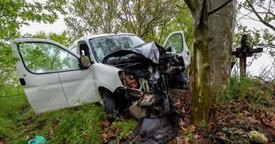 Fának csapódott autójával egy nő Izsáknál, életveszélyesen megsérült