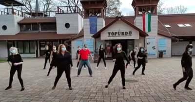 A hévízi gyógyfürdő munkatársai is csatlakoztak a Jerusalema tánc kihíváshoz (videó)
