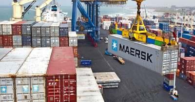 Egyre több áruval teli konténer végzi hullámsírban