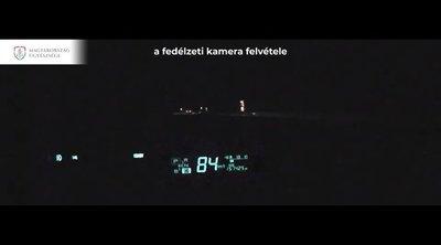 Kamera rögzítette: Rávillogtak egy autósra Újpetrénél, életveszélyes manőverrel állt bosszút - videó