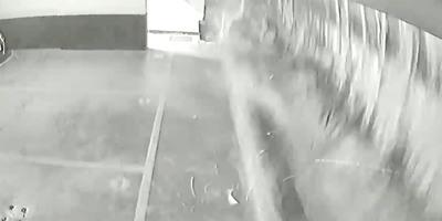 Egy pillanat alatt tűnt el a víz a medencéből, brutális, amit a garázsban felvett a kamera