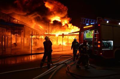 A leégett áruházból jöhet a dögszag Szentendrén