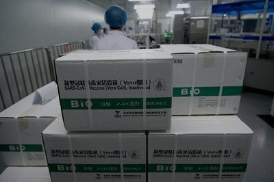 A WHO elárulta, lehet-e oltani az időseket a kínai vakcinával