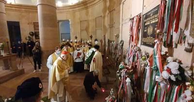 Szentmisével hajtottak fejet Mindszenty emléke előtt Esztergomban