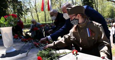 A győzelem napjára emlékeztek a szovjet katonák sírjánál