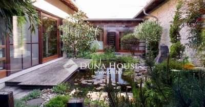 A hét ingatlana: luxus ház Kecskemét belvárosában saját mozival!