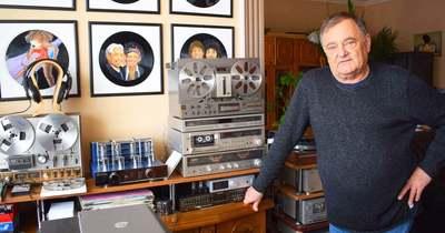 Retró zenéket hallgat, retró hifieszközökön a tolnai gyűjtő