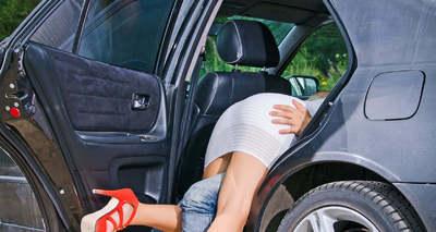 Az autós szex diszkrét bája: így juthat csúcsra a nő, ha a hátsó ülésen csap le a gyönyör