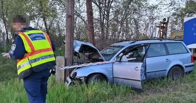 Elmenekült a villanyoszlopnak csapódó gépkocsi vezetője Tompán