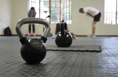 Izmos kar és kocka has - öt tuti tipp, hogyan kezdj el fiatalon súlyzózni!