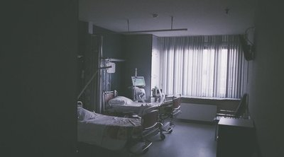 Az orvosok kevés esélyt adnak a túlélésre - szülei virrasztanak a kómában lévő 7 éves fiú ágya mellett - 18+