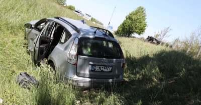 Súlyos baleset az M1-esen Lébénynél – két autó borult az árokba – fotók