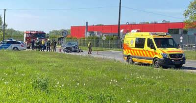 Motoros és autós ütközött az 1-es főúton Almásfüzitőnél, két sérült is van