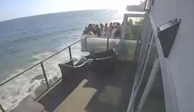Leszakadt az erkély több tucat bulizó alatt - videó
