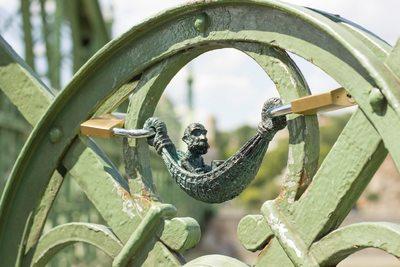 Függőágyban hintázó Ferenc József díszíti a Szabadság hidat