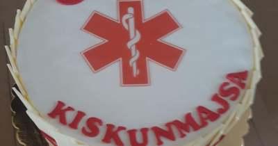 Egy kiskunmajsai nő tortával kedveskedett a mentődolgozóknak