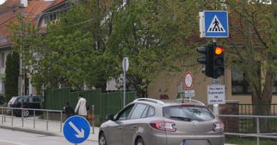 A harmincas tábla sem zavarta a sofőrt a fehérvári Kossuth iskola előtt (videó)