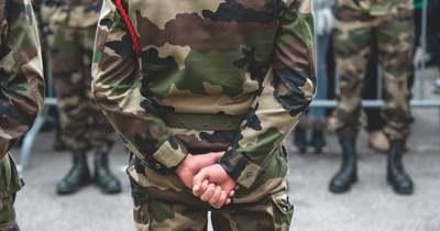 Ismét katonák figyelmeztették Macront: A haza túlélése a tét!