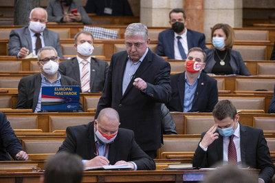 Nem vonják vissza a baloldali pártok a keleti vakcinák betiltását követelő parlamenti határozatukat