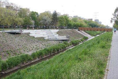 Lépcsős közösségi térré alakították a Rákos-patak egyik partszakaszát