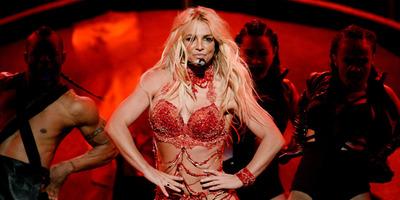 Csaknem p*nciig kivágott feszülős latex ruhában vadult Britney Spears - Fotó