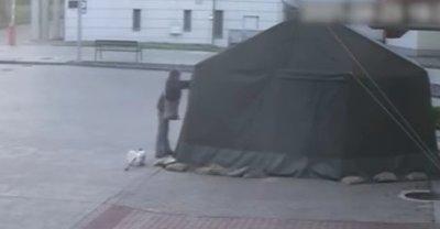Brutálisan megrongálta a harkányi kórház előtti katonai sátrat egy idős nő – videó
