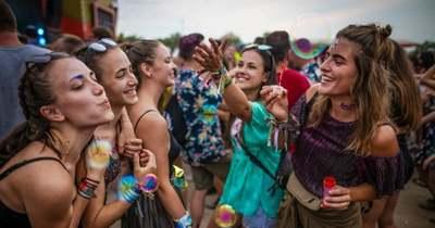 Az oltás a fesztiválok kulcsa – megszólalnak a zenészek és a szervezők! RIPORTFILM