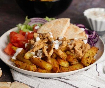 Így készíthetsz gyros tálat házilag - csirkemellből, sült krumplival és joghurtos öntettel