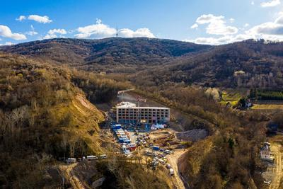 Egy régi kőfejtő területén épül a tokaji régió Eldorádót idéző szállodája