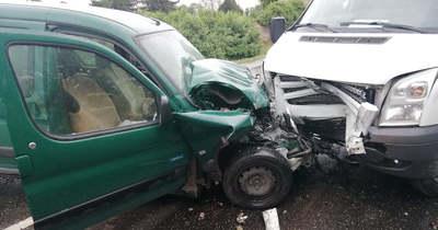 Frontális karambol Tatán: megsérül a vétlen sofőr (helyszíni fotók)