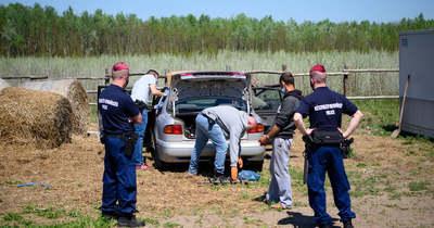 """Nagyban """"játszó"""" embercsempészeken ütöttek rajta a rendőrök – traktor utánfutójába is rejtettek 31 embert – videó, fotók"""