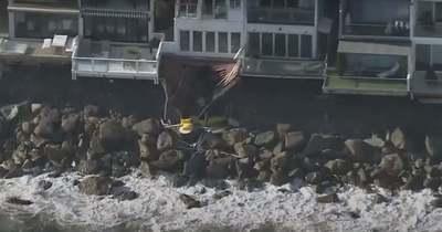 Sokkoló felvétel: leszakadt egy erkély, a bulizó fiatalok a sziklára zuhantak – Videó