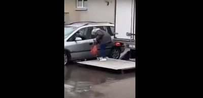 Elképesztő módon segítette kocsijához az idős hölgyet a teherautós – Videó