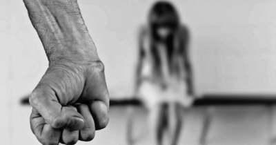 Házastársa 10 éves gyermekét erőszakolta meg – Vádat emeltek ellene