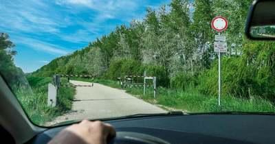 Új táblák a győri Püspökerdőnél – Semmilyen gépjárművel nem lehet felhajtani az adott szakaszra
