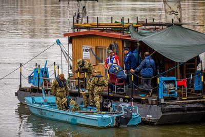 Elképesztő képek a Lánchídról: rejtélyes katonai búvárok lepték el a Dunát