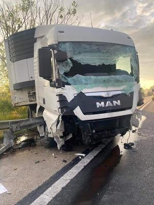 Helyszínelő rendőröket tarolt le egy kamion az M1-esen