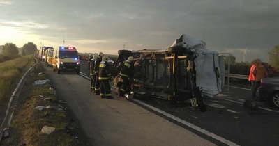 Dura fotók az M1-esről: korábbi baleset helyszínelésébe hajtott bele a kamionos