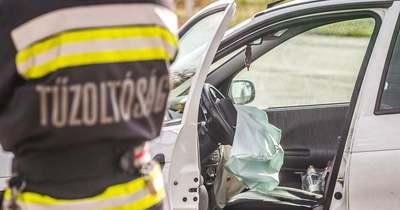 Oszlopnak ütközött egy autó Székesfehérváron