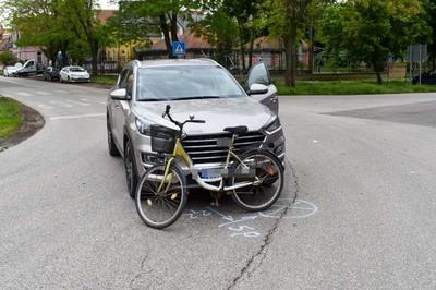 Egy anyát és a fiát gázolta el egy autó a zebrán Karcagon