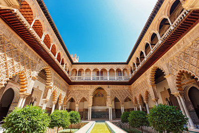 Az Ezeregyéjszaka meséinek hangulatát árasztják Spanyolország mór épületei