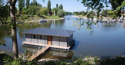Vita alakult ki az úszóház miatt Baján